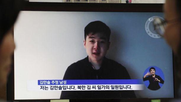 Eteläkorealaiset katsoivat viime viikolla Soulissa televisioruudulta Kim Jong-namin pojan Kim Han-solin videoviestiä. Poika ja muut perheenjäsenet piileskelevät.