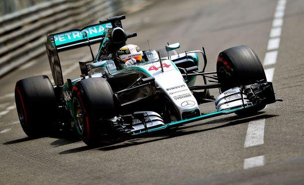Lewis Hamilton starttaa huomiseen kisaan paalulta.