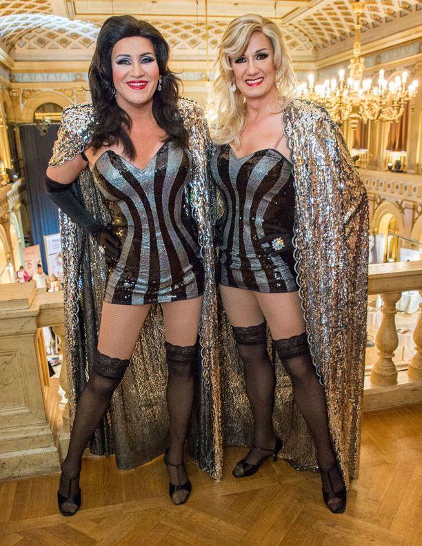 Näytöksessä sädehtivät myös Jarkko Valtee ja Osku Heiskanen eli Showhat –dragduo, jonka hulvatonta menoa on saatu ihailla jo yli 20 vuoden ajan.