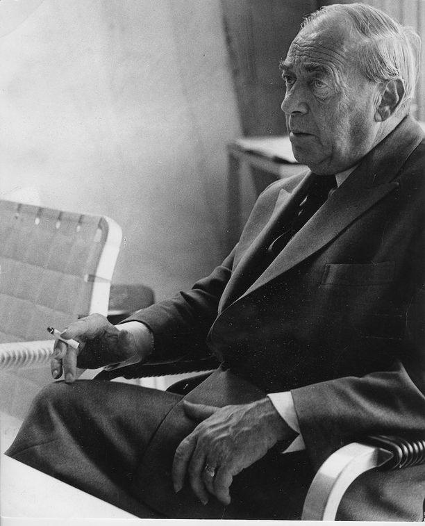 Suomalainen arkkitehti ja muotoilija Alvar Aalto eli vuosina 1898-1976.