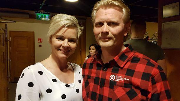 Marko Asell kiitteli sunnuntai-illan vaalivalvojaisissa Mari-vaimoaan avusta vaalityössä.