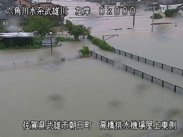 Takeo-joen tulviminen näkyi lauantaina Kyushu saaren alueen ministeriön toimittamassa kuvassa.