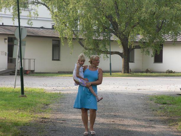 Riitta ja Sofia päiväkävelyllä sairaala-alueella kesällä 2010.