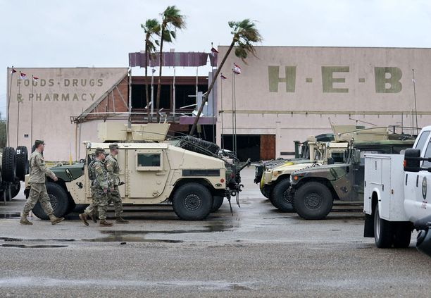 Rockport, Texas. Armeija osallistuu raivaus- ja pelastustöihin. Sunnuntaina suurin tarve lisäavulle on ollut Houstonissa.