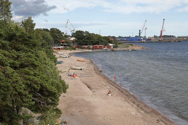 Yksi Hangon uimarannoista. Taustalla näkyy Hangon satama.