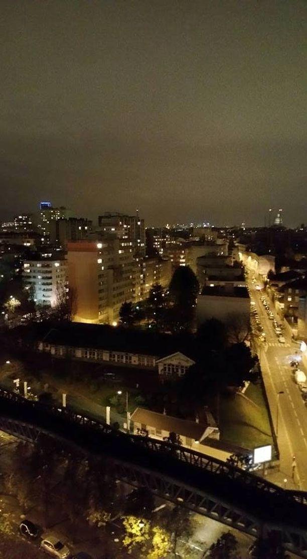 Näkymä länteen suomalais-ranskalaisen lapsiperheen parvekkeelta lauantai-iltana; Eiffel-torni peittyi utuun poikkeuksellisesti valot sammuneina.