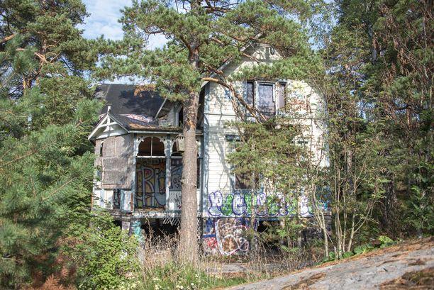 Kruunuvuoren metsässä pilkistää aavemainen Villa Hällebo.