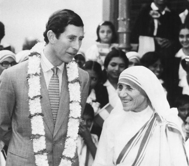 Äiti Teresa viihtyi hyvin valtaapitävien ja merkkihenkilöiden seurassa. Tässä hän on prinssi Charlesin kanssa vuonna 1980.