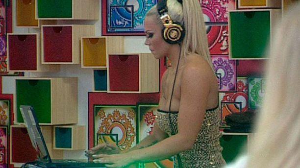 Nina Hämäläinen käväisi Big Brotherissa pyörittelemässä levyjä.