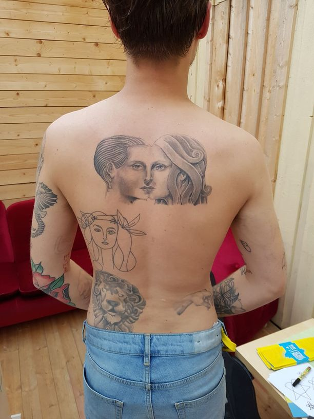 Lukuisat tatuoinnit koristavat myös miehen selkää.