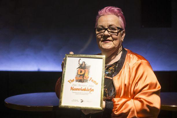 Kahdeksan vuotta sitten Pirjo palkittiin DJ Hall Of Fame -yhdistyksen kunniakirjalla pitkästä ja monipuolisesta työstään suomalaisen diskotoiminnan hyväksi.