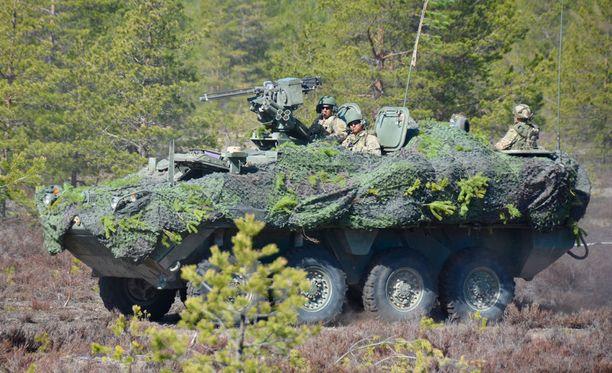Amerikkalainen panssaroitu Stryker-miehistönkuljetusajoneuvo Niinisalon Pohjankankaalla.