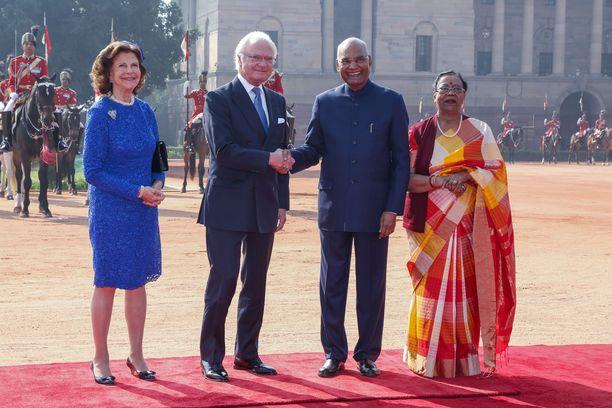Kuningas Kaarle Kustaa kättelee kuvassa presidentti Ram Nath Kovindia. Molemmat hymyilevät leveästi.