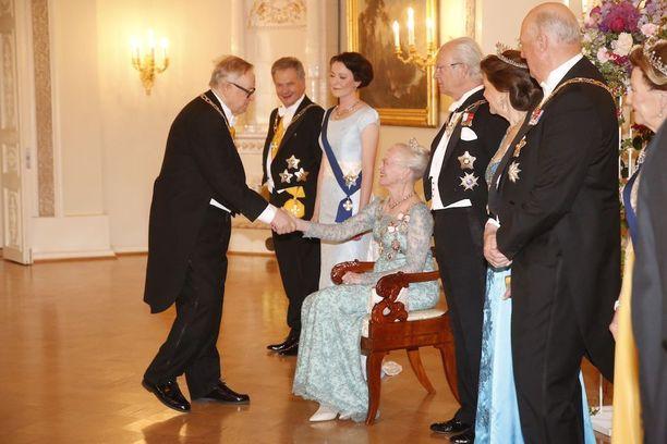 Illalla kuningatar kätteli istuen.