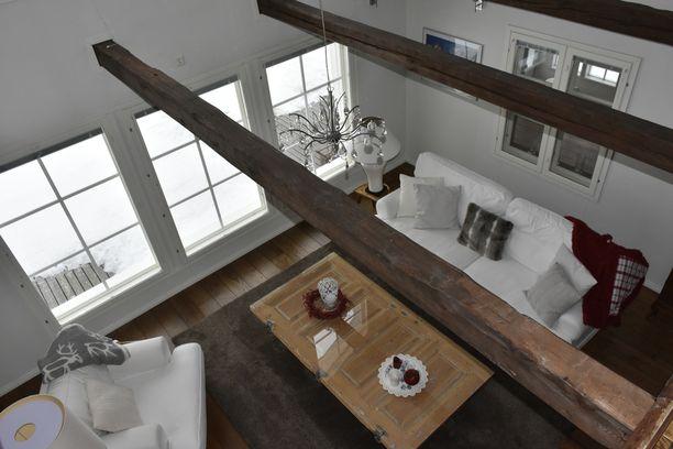 200 neliön talossa on runsaasti oleskelutiloja ja neljä makuuhuonetta.