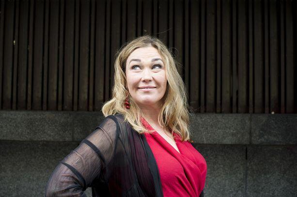 Näyttelijä Outi Mäenpä on yksi Suomen kokeneimpia improvisaationäyttelijöitä.