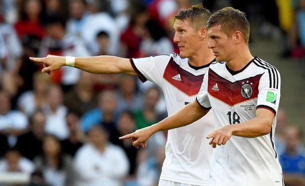 Saksalaispelaajat Toni Kroos ja Bastian Schweinsteiger ovat tänään koko kansan juhlakaluja.
