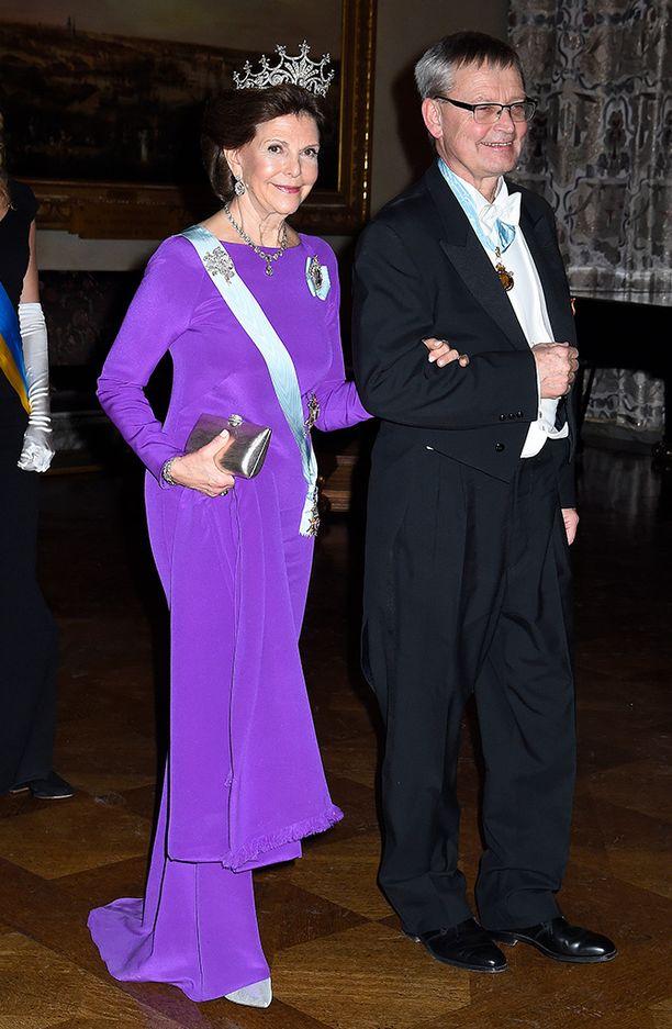 Kuningatar Silvia pukeutui todelliseen trendiväriin Nobel-juhlassa.