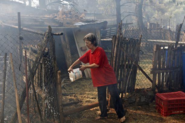 Maanviljelijä heitti vettä yrittäessään sammuttaa liekkejä Makrimallin kylässä.