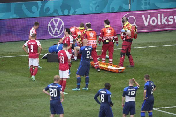 Tanskan tähtipelaaja Christian Eriksen tuupertui kesken pelin kentän pintaan.