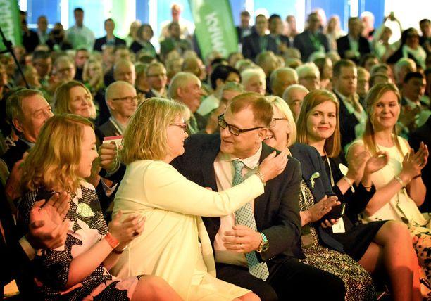 Juha Sipilän vaimo Minna-Maaria antoi halauksen miehelleen tuloksen ratkettua.