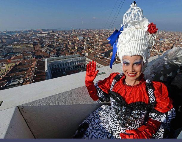 Elisa Constantini voitti ennen tapahtumaa järjestetyn kilpailun, ja sen kunniaksi hän sai esiintyä kunniaosassa karnevaaliavajaisissa. Nainen laskettiin köysirataa pitkin kellotornista Pyhän Markuksen torille. Tässä hän poseeraa ennen matkaan lähtöä.