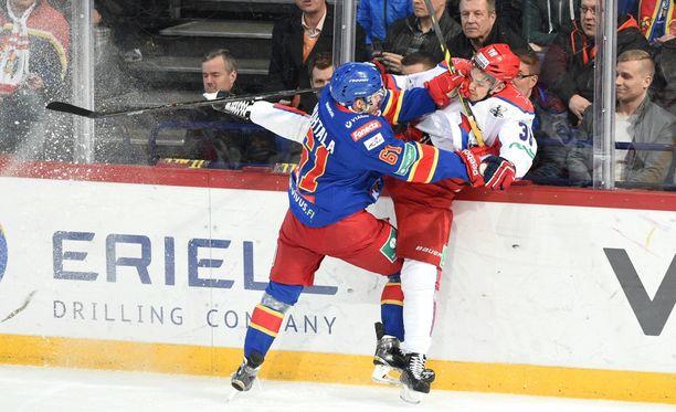 Tommi Huhtala tööttää rajusti Mihail Naumenkovia.