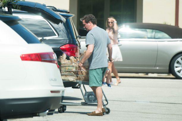 Rennosti pukeutunut Chris O`Neill ei erotu taviksista floridalaisen supermarketin parkkipaikalla.