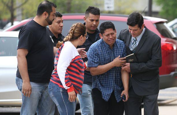 Marlen Ochoan aviomies Arnulfo Ochoa on menossa sairaalaan, jossa hänen lapsensa on hoidossa.