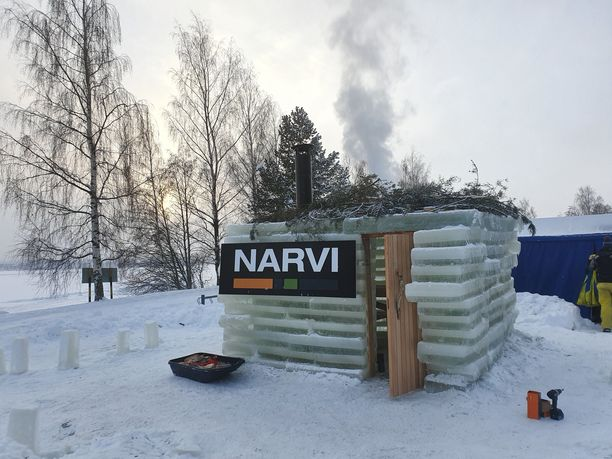 Näin höyryää jääsauna Tampereen Eteläpuistossa.