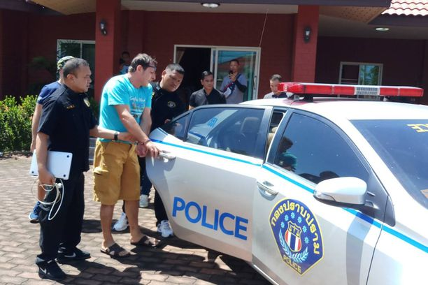 Francesco Galdelli saateltiin poliisiautoon Bang Lamungissa viikonloppuna.