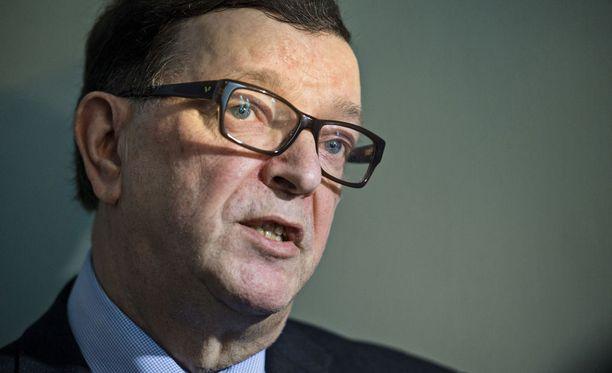 Paavo Väyrynen sanoo ottavansa kantaa presidentinvaaleihin osallistumisesta kesän aikana.