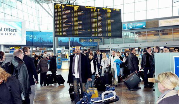 Sadat matkustajat odottivat lentojaan Helsinki-Vantaan lentokentällä huhtikuun puolivälissä.