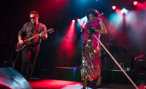 Laulajatar esitteli bändinsä heti toisen biisin jälkeen ja toimiva kemia soittajien kanssa välittyi myös kuulijoille.