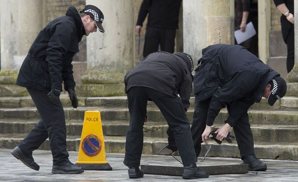 Poliisi tekee Salisburyssä runsaasti tutkimuksia tapauksen tiimoilta.
