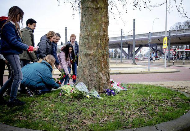 Ampumisen uhrien muistoksi tuodaan kukkia Utrechtissa.