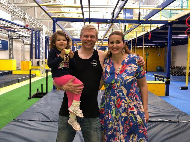 Elvilän perhe: Kolmevuotias Isabel, Marcos ja Marion jaksavat hymyillä Warriors Denin viimeisenä aukioloviikonloppuna Tallinnan Ülemiste Cityssä.