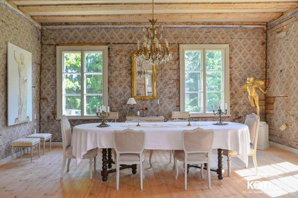 Ruokailuhuone on kuin vanhasta maalauksesta. Alkuperäinen tunnelma on säilytetty vahvasti.