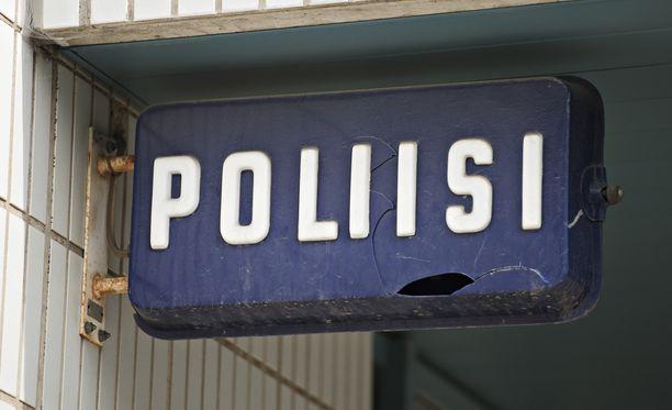 Poliisin mukaan rikos tapahtui torstaina illalla Kotkan Hellilässä. Hätäkeskus sai kello 22.12 ilmoituksen rivitaloasunnosta, jossa mies oli joutunut väkivallan uhriksi.