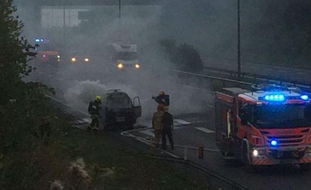 Palokunta saapui paikalle hyvin nopeasti ja sammutti palavan auton.
