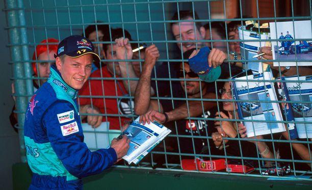 Kimi Räikkösen nimmarit olivat haluttua tavaraa jo debyyttipäivänä vuonna 2001.