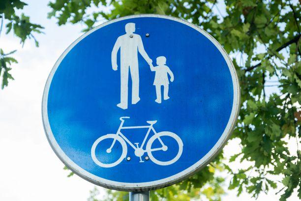 Moottoripyöräilijä törmäsi jalankulkijaan kevyen liikenteen väylällä myöhään perjantaina.