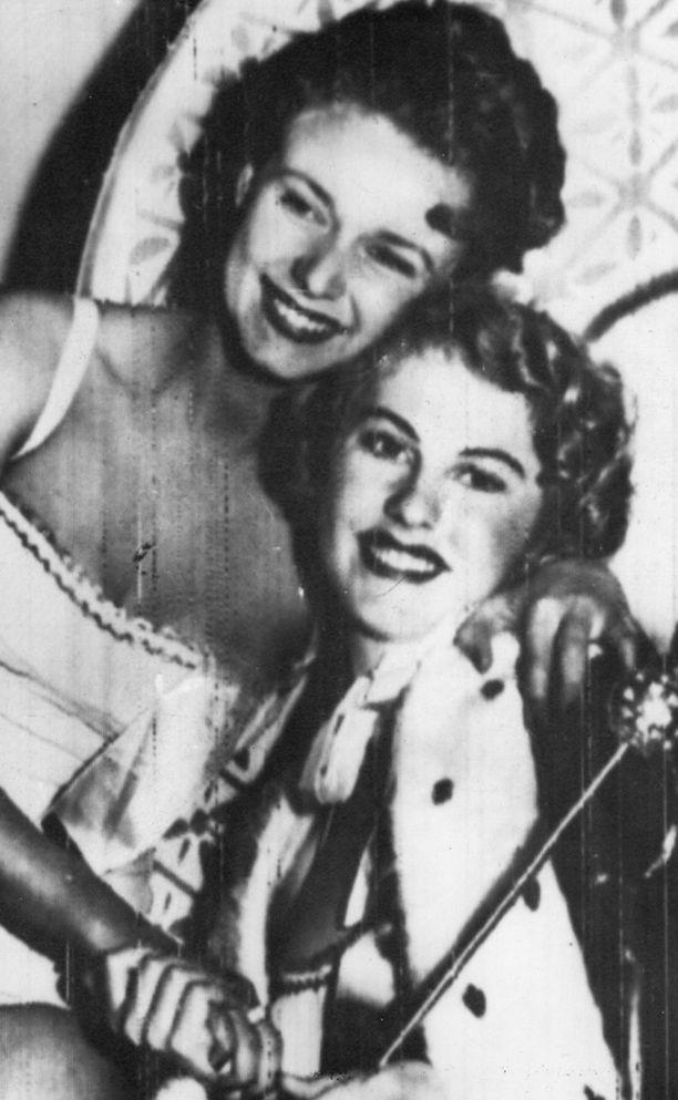 Armi Kuusela (oik) kruunattiin Miss Universumiksi Kaliforniassa.