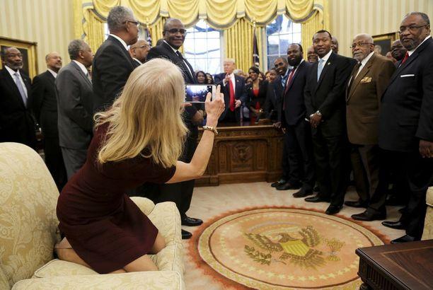 Kellyanne Conway heittäytyi sohvalle valokuvaamaan ihmisiä Valkoisessa talossa.