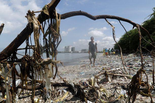 Muovijätteen rumentama ranta Filippiineillä.