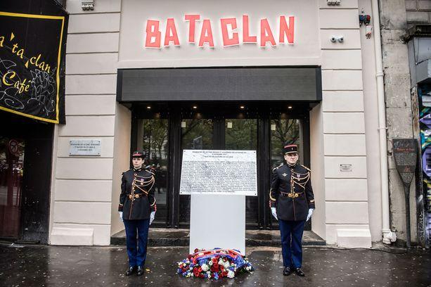 Pariisin vuoden 2015 terrori-iskujen uhreja muistettiin viime vuonna Bataclan-konserttisalin edustalla.