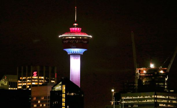 Calgary Tower valaistiin Ranskan lipun väreillä Kanadassa.