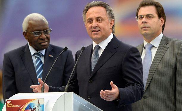 Vitali Mutko pitämässä puhettaa Moskovan MM-kisoissa 2013. Vasemmalla kuvassa IAAF:n puheenjohtaja Lamine Diack.