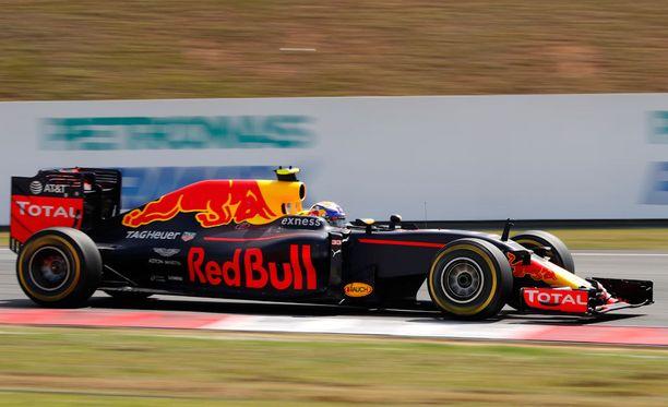 Max Verstappen otti pari päänahkaa, kun turva-auto poistui radalta.