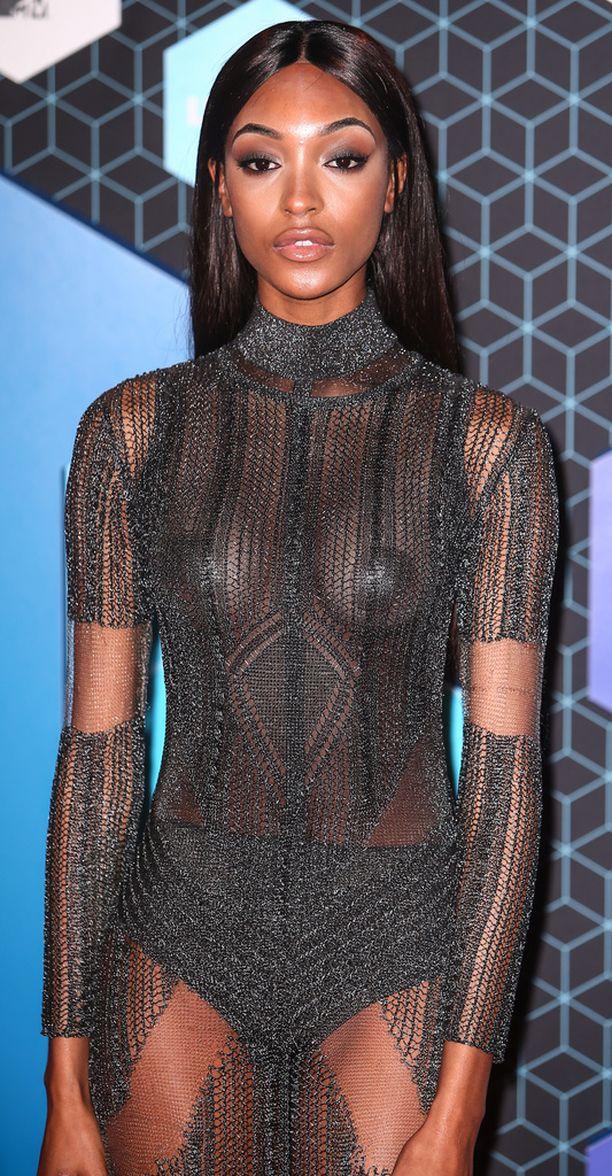 Jourdan Dunn ei kelvannut Diorin näytökseen, koska hänen rintojaan pidettiin liian isoina.